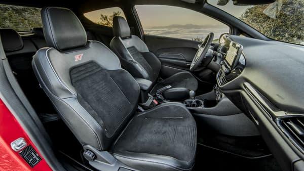 Les sièges Recaro renforcent le sentiment de sportivité à l'intérieur... et assure un bon maintien