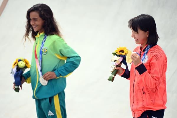 Momiji Nishiya (JPN) et Rayssa Leal (BRA)  sur le podium du skateboard féminin