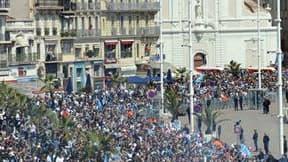 Supporteurs de l'Olympique de Marseille sur le Vieux-Port de la cité phocéenne. Une vingtaine de personnes ont été placées en garde à vue et huit policiers ont été légèrement blessés en marge des festivités organisées dimanche pour fêter le titre de champ