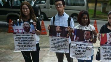 Des proches des disparus du vol MH370 manifestent à Kuala Lumpur pour demander la reprise des recherches, le 22 juin 2016.