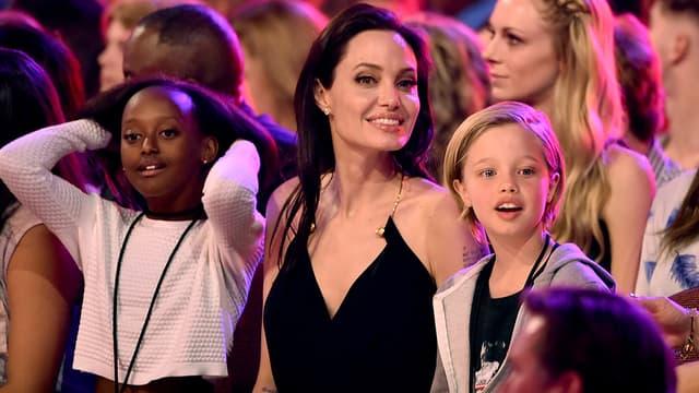Angelina Jolie entourée de ses filles Zaraha (à gauche) et Shiloh (à droite) en mars 2015