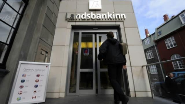 Le président de la banque est jugé à Paris pour escroquerie.