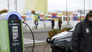 La Renault Zoé lors de la COP21 en novembre 2015 à Paris. 80% des Français interrogés par l'Avere se disent prêts à changer leurs habitudes de mobilité pour améliorer la qualité de l'air.