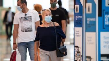 Des passants portent un masque dans un centre commercial de Marseille (Illustration)