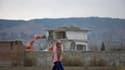Lors des travaux de démolition de la résidence d'Abottabad dans laquelle Oussama ben Laden a été tué par un commando américain en mai 2011. Cette opération, entamée samedi soir, a été terminée dimanche soir. /Photo prise le 26 février 2012/REUTERS/Faisal