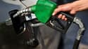 Une personne remplit d'essence le réservoir de son véhicule. (image d'illustration)