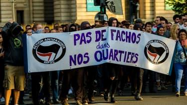 """Des personnes manifestent contre l'ouverture de """"La Citadelle"""", le 24 septembre 2016"""