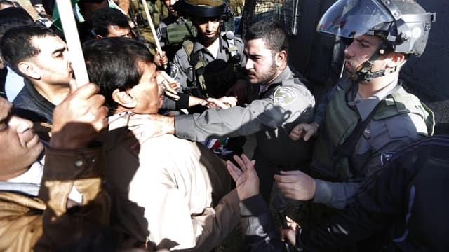 Ziad Abou Ein, empoigné par un soldat israélien, juste avant sa mort, lors d'une manifestation en Cisjordanie occupée.