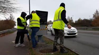 Des gilets jaunes en train d'emballer un radar de vitesse à Limoges