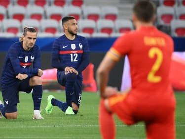 Antoine Griezmann et Corentin Tolisso posent un genou à terre lors d'un match contre le Pays de Galles à Nice (Alpes-Maritimes), le 2 juin 2021.