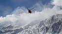 Un hélicoptère des secours iraniens procède aux recherches de l'épave de l'ATR-72, le 19 février 2018.