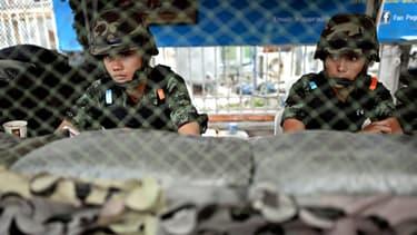 Des soldat thaïlandais montent la garde sur un checkpoint à Bangkok, à proximité du ministère de la Défense, le 22 mai 2014.
