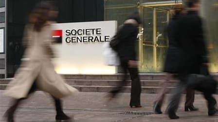 Pour rassurer ses clients, la Société générale annonce un plan d'économies, avec suppressions d''emplois à la clé.