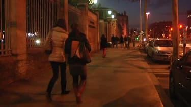De jeunes étudiantes à la sortie des cours, à Lyon.