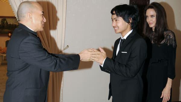 Maddox rencontre le roi du Cambodge sous les yeux de sa mère Angelina Jolie, le 18 février 2017