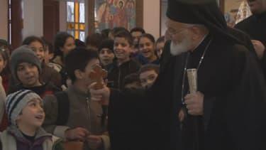 Les chrétiens syriens célèbrent la messe de Noël dans l'église Saint-Joseph, à Damas.