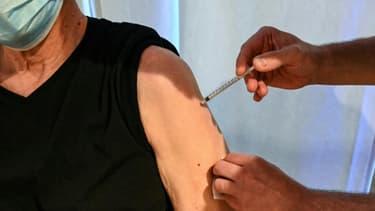 Un homme est vacciné contre le Covid-19 dans un centre de vaccination à Montpellier le 15 avril 2021