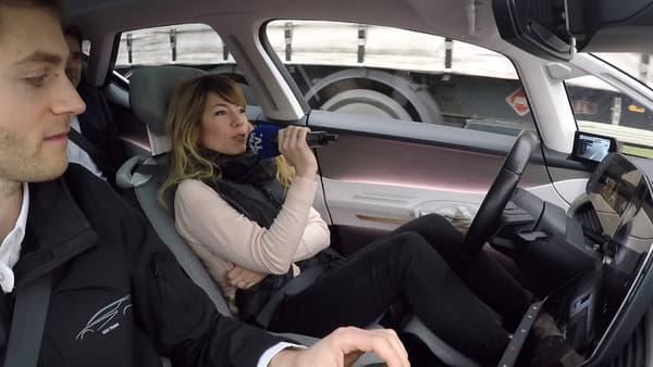 Renault a mis l'accent sur le confort. Lorsque la Symbioz roule en mode autonome, le dossier s'incline, et l'ex conducteur peut alors se détendre ou regarder des films sur l'écran central. Maxime, notre superviseur, veille tout de même au bon fonctionnement du véhicule.