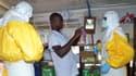 A Conakry en Guinée, pays voisin de la Sierra Leone, des membres de Médecins Sans Frontières se parent de protections, le 23 juillet 2014.
