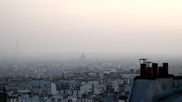 Brume de pollution au pied de la tour Eiffel ce jeudi 13 mars.
