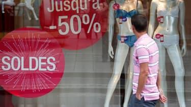 Les soldes d'été ont commencé ce mercredi et dureront cinq semaines dans la plupart des régions françaises. Cette période représente une aubaine pour des consommateurs un peu moins enclins à dépenser pendant la crise. /Photo prise le 27 juin 2012/REUTERS/