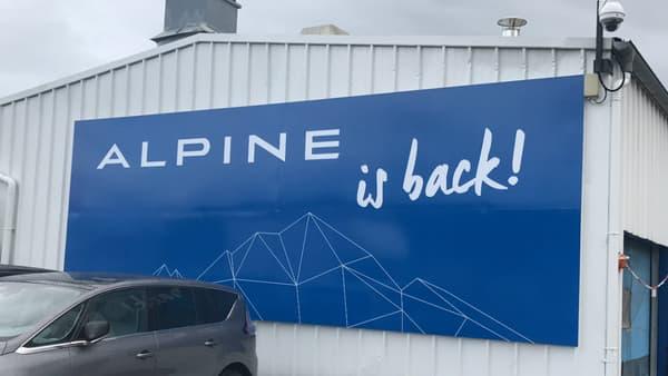 L'entrée de l'usine Alpine de Dieppe (Seine-Maritime). Après 22 ans, la production de l'Alpine est de retour.