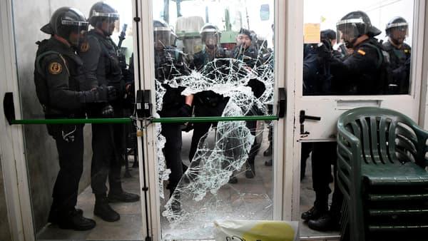 La police entre de force dans le bureau de vote de Gérone où devait voter le président de la Catalogne.