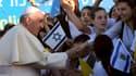 Le pape François entouré de jeunes Israëliens, le 25 mai 2014 à Jérusalem.