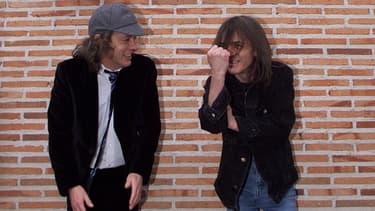 Angus Young (à gauche) et Malcom Young (à droite) en Espagne en mars 2000