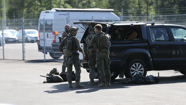 Des unités spéciales de la police à proximité de la prison de Hällby, près de la ville d' Eskilstuna (Suède), lors d'une prise d'otages, le 22 juillet 2021.