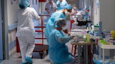 Médecins d'une unité de post-réanimation respiratoire qui accueille des patients atteints du Covid-19 (illustration)