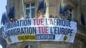 Le groupe d'extrême droite Génération identitaire a déployé une banderole sur le balcon d'un bâtiment de la commission européenne à Paris.