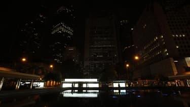 """Le quartier des affaires de Hong Kong, plongé dans une obscurité quasi totale à l'occasion de l'opération """"Une heure pour sauver la planète"""". Cette initiative consistant à éteindre les lumières pendant une heure prend cette année une dimension particulièr"""