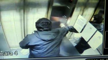 José Vergara coincé dans l'ascenseur infernal à Providencia au Chili le 7 juillet 2014.