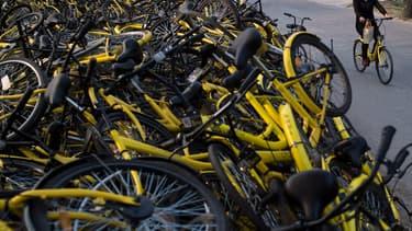 En Chine, l'essor rapide des vélos en libre-service a entraîné un chaos auquel les autorités souhaitent mettre fin.