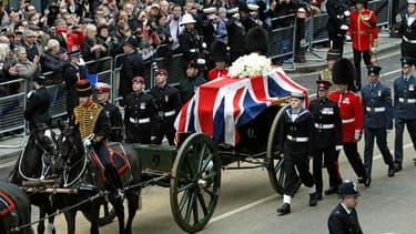 Plusieurs milliers de Britanniques se sont massés sur le parcours du cortège du cercueil de Margaret Thatcher transporté du Parlement de Westminster jusqu'à la cathédrale Saint Paul, à Londres. /Photo prise le 17 avril 2013/REUTERS/Luke MacGregor