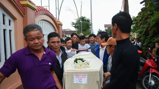 Au Vietnam, des proches portent le cercueil de Nguyen Van Hung, l'une des 39 personnes retrouvée morte dans un camion frigorifique près de Londres, le 27 novembre 2019