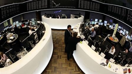 A la Bourse de Francfort. Les Bourses européennes effacent une partie de leurs pertes à la mi-séance mardi, Milan repassant même dans le vert. A 13h06, l'indice CAC 40 recule de 0,1% après être repassé brièvement dans le vert. La Bourse de Londres recule