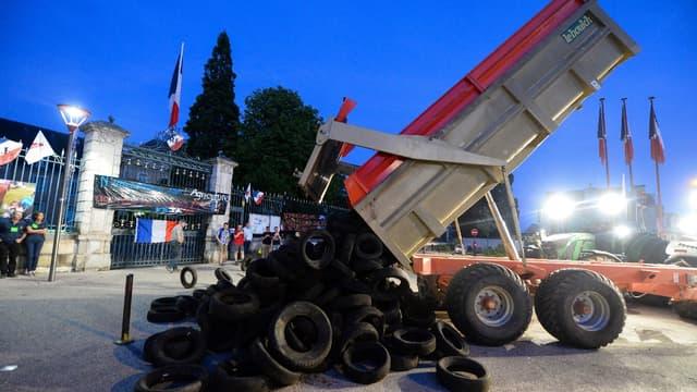 Mardi soir, devant la préfecture e la Sartre, des agriculteurs sont venus manifester leur opposition au traité de libre échange avec le Mercosur.