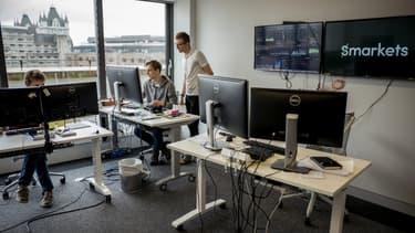 Pour obtenir une augmentation, un employé doit demander à cinq collègues de lui fournir des références et une proposition du salaire qu'il devrait toucher.