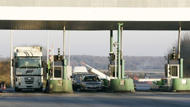 Des usagers de l'autoroute A81 franchissent le péage (photo d'illustration)