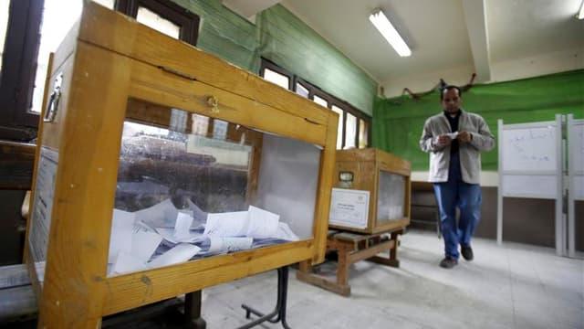 Dans un bureau de vote au Caire. Des observateurs indépendants ont fait état d'irrégularités mardi en Egypte, où se poursuivait la première phase des élections législatives. /Photo prise le 6 décembre 2011/REUTERS/Mohamed Abd El-Ghany