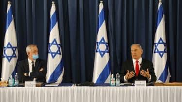 Le Premier ministre israélien Benjamin Netanyahu (à droite) et le ministre de la Défense Benny Gantz assistent à la réunion hebdomadaire du gouvernement à Jérusalem le 7 juin 2020