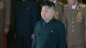 Le nouveau dirigeant nord-coréen Kim Jong-un rend hommage à son père, au Palais Kumsusan où repose la dépouille de Kim Jong-il. Après la mort de ce dernier, la Corée du Nord se dirigerait vers un pouvoir collégial autour de son jeune fils, appelé à dirige