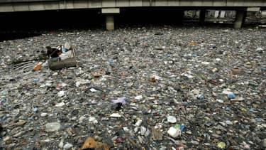 Rivière jonchée de déchets à Surabaya, en Indonésie (illustration)