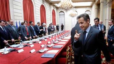 """Devant les partenaires sociaux réunis à l'Elysée, Nicolas Sarkozy a promis de consacrer à la défense de l'emploi """"tous les moyens nécessaires"""", sans convaincre les syndicats inquiets des mesures de lutte contre les déficits du gouvernement. /Photo prise l"""