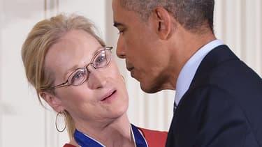 Barack Obama, décorant la comédienne américaine Meryl Streep de la médaille de la liberté, le 24 novembre 2014.
