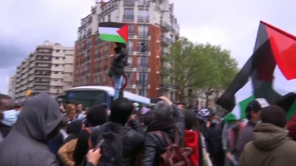 Des manifestants en soutien à la Palestine, porte de Clignancourt à Paris, samedi 15 mai 2021