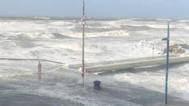 La digue de Wimereux (Pas-de-Calais) est submergée par les vagues - Témoins BFMTV