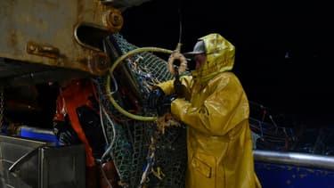 Des pêcheurs sur le pont du chalutier dans les eaux anglaises de la Manche, le 28 septembre 2020.
